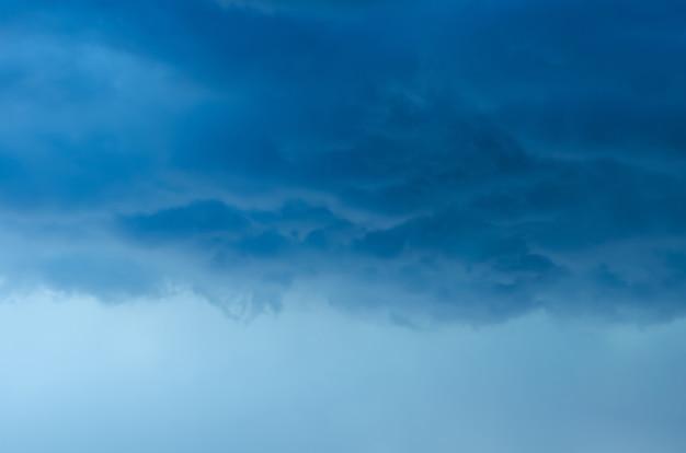 Donkere wolk en lucht wanneer storm en regen hebben in het moessonseizoen