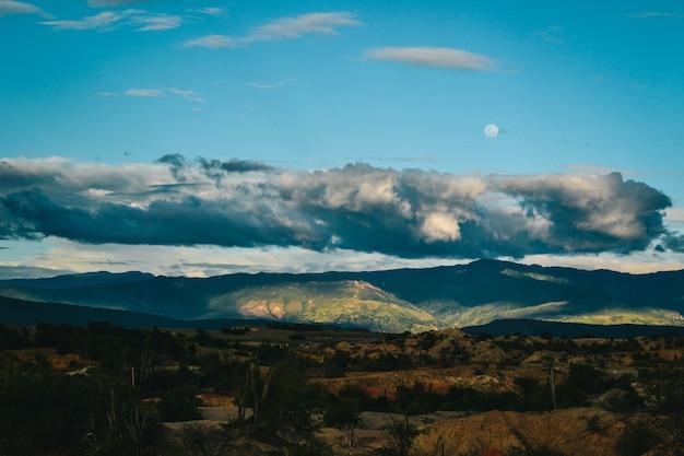 Donkere wolken boven de rotsachtige heuvels in de tatacoa-woestijn, colombia