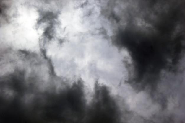 Donkere wolken in de lucht.