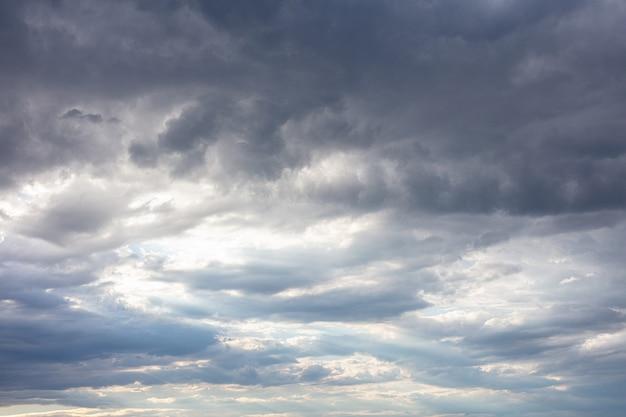 Donkere wolken in een grijze lucht, dramatisch