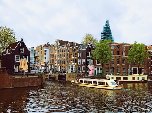Donkere wolken over kanaal in amsterdam