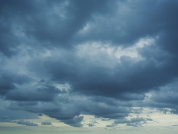 Donkere wolken van komende storm en regen.