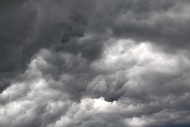 Donkere wolken voor de regen bedekten de hele lucht