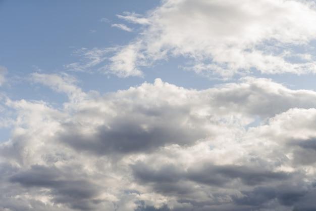 Donkere wolken voor een onweersbui