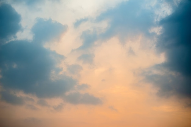 Donkere wolkenachtergrond, donkere wolken bij de zonsondergang.