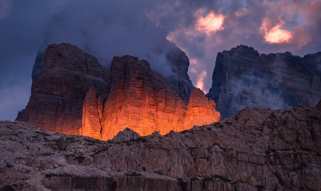 Donkere zonsondergang in de dolomieten