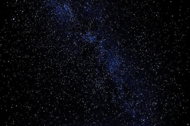 Donkere zwarte sterrenhemel met sterren 's nachts met melkweg
