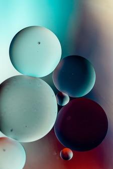 Donkergekleurde cirkels op een kleurrijk oppervlak