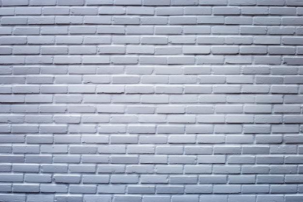 Donkergrijze bakstenen muur voor achtergrond.