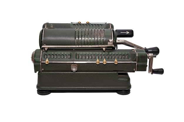 Donkergroene mechanische vintage rekenmachine geïsoleerd op een witte achtergrond