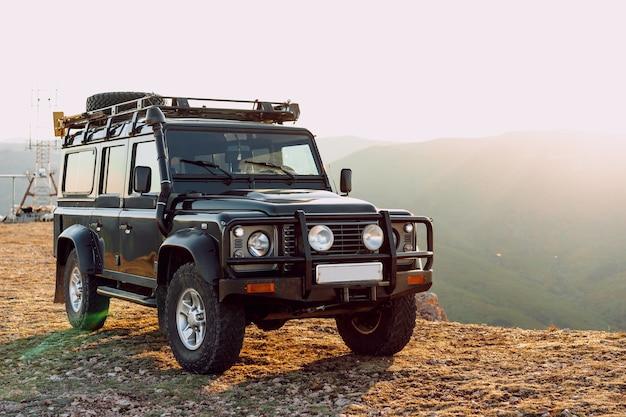 Donkergroene terreinwagen in de bergen
