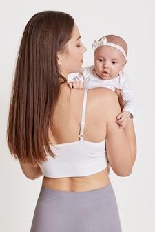 Donkerharige jonge moeder met haar pasgeboren baby