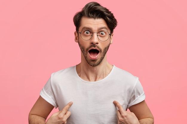 Donkerharige man met ronde bril