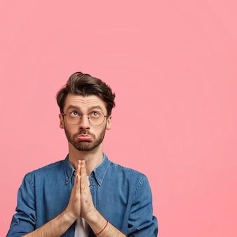 Donkerharige man met roze bowtie en denim overhemd