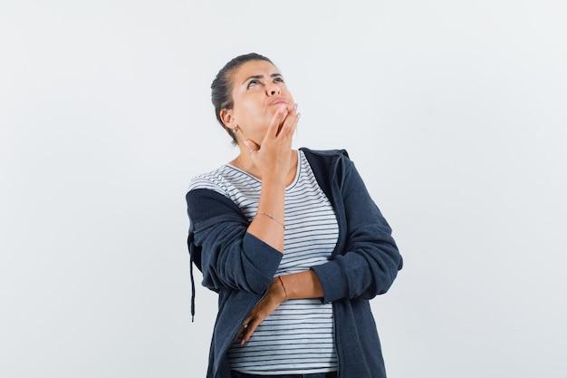 Donkerharige vrouw in overhemd