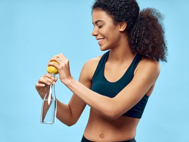 Donkerhuidige afro-amerikaanse vrouw poseren in een trainingspak en sporten
