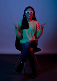 Donkerpaarse foto van een jonge vrouw die een 3d-bril voor de bioscoop draagt