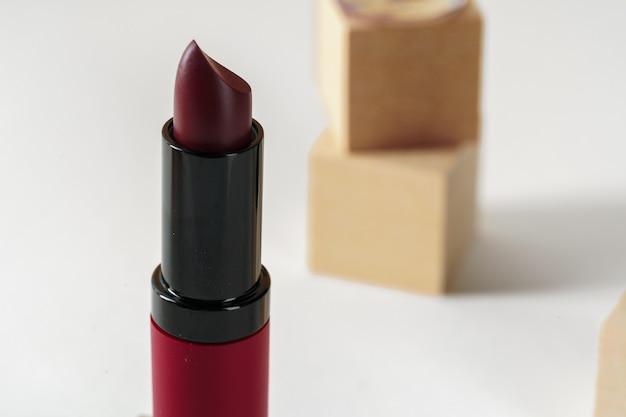 Donkerrode nieuwe lippenstiftcontainer dichte omhooggaand