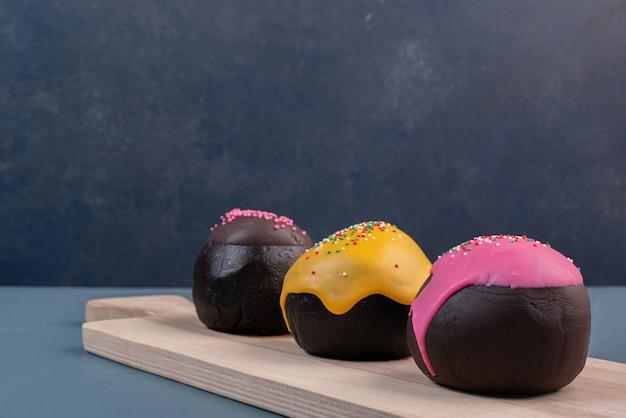 Donut drie op een houten bord.