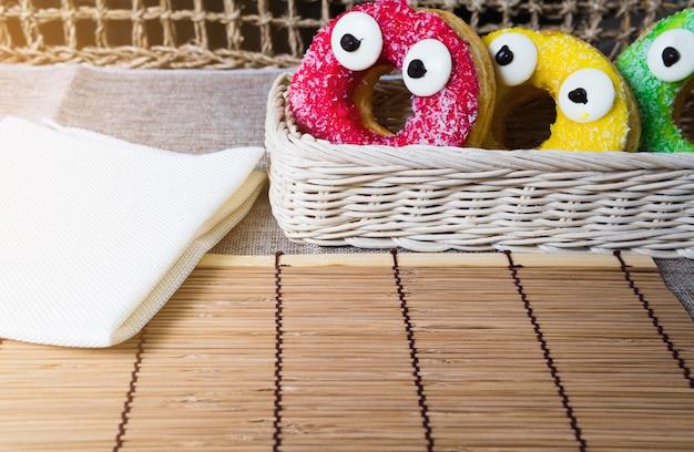 Donut en snoepjes voor snacks.