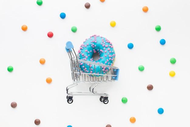 Donut in winkelwagen plat lag