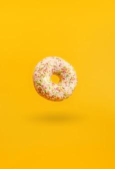 Donut met schaduw opknoping in de lucht