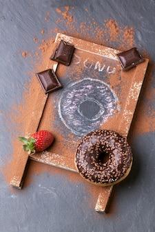 Donut met verse aardbeien en chocolade