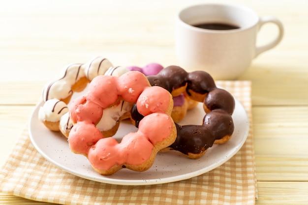 Donut met zwarte koffie