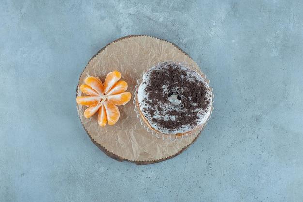 Donutbroodje met cacaopoeder erop. Gratis Foto