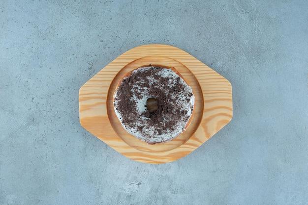 Donutbroodje met cacaopoeder erop.