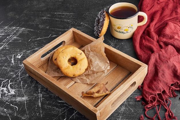 Donutkoekjes met een kopje thee.