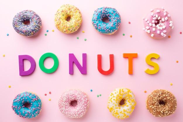 Donuts arrangement met letters