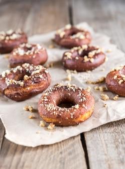 Donuts besprenkeld met gemalen noten