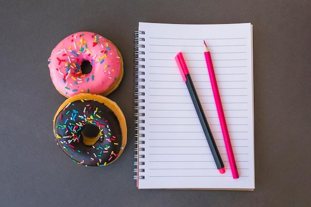 Donuts die dichtbij kantoorbehoeften liggen