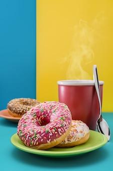 Donuts en een kop warme koffie, thee cacao