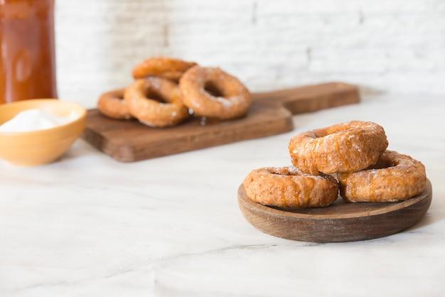 Donuts en honing met de hand gemaakt