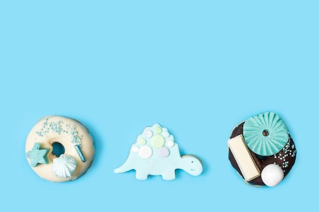 Donuts en koekjes met schildpadvorm in een bovenaanzicht