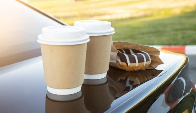 Donuts en koffie staan op de zwarte machine