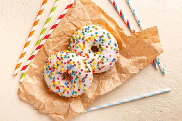 Donuts geglazuurd met verschillende hagelslag