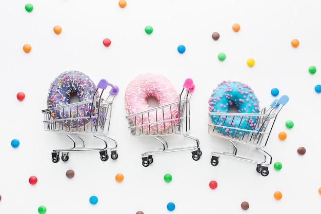 Donuts in winkelwagentjes ingesteld