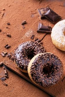 Donuts met cacaopoeder en chocolade