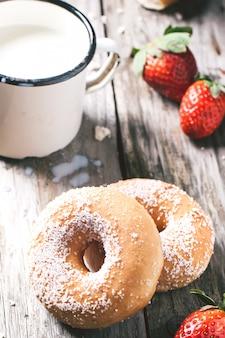 Donuts met melk en verse aardbeien