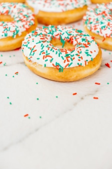 Donuts met witte chocoladeroom en hagelsuiker