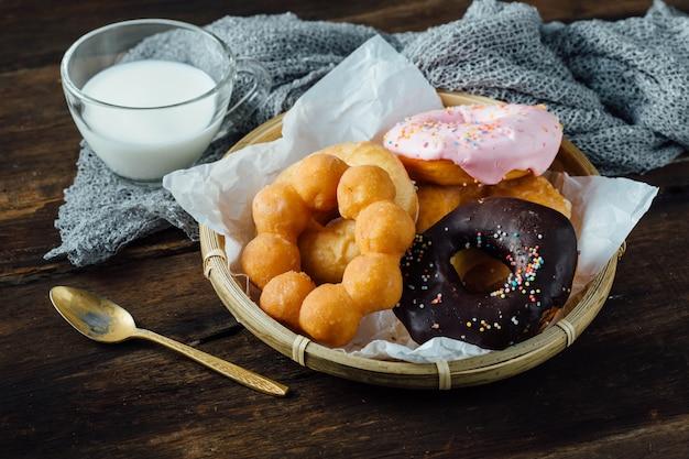 Donuts op houten tafel
