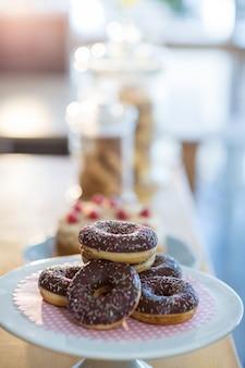 Donuts op taart staan