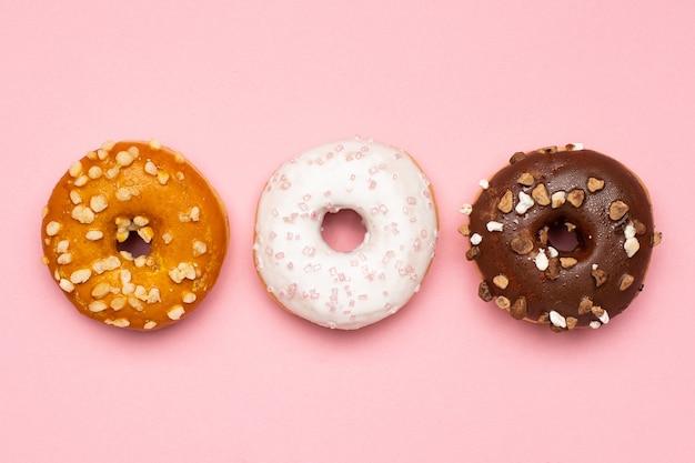 Donuts van zoete chocolade, karamel en aardbei
