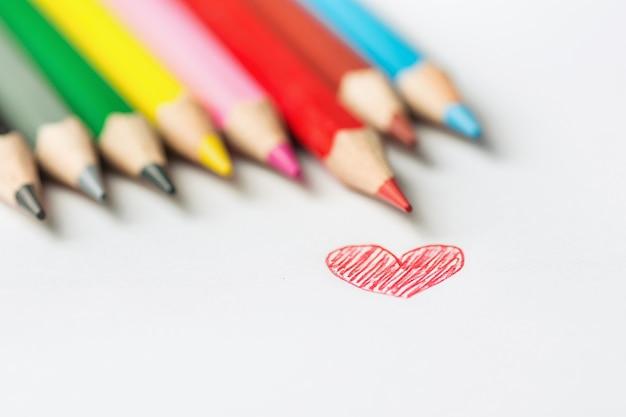 Doodle rood hart rij van veelkleurige potloden