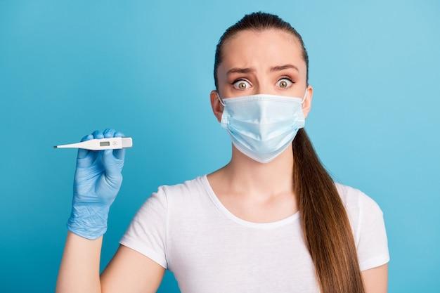 Doodsbange dame ziekenhuisonderzoek arts houdt thermometer vast