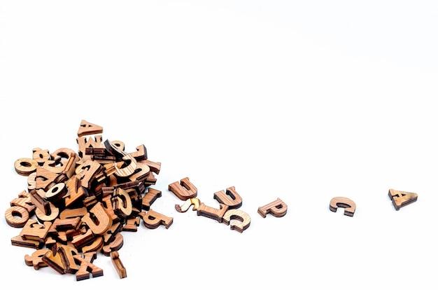 Door elkaar gegooide brieven die van hout dicht worden gemaakt