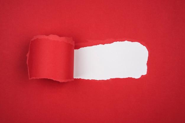 Doorbraak papier gat met wit